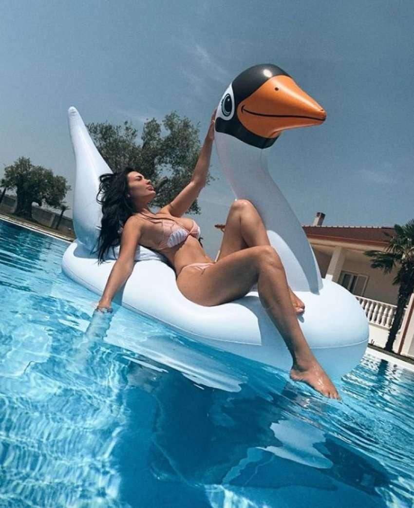 Nga pishina e shtëpisë, Zaimina Vasjari duket tejet seksi