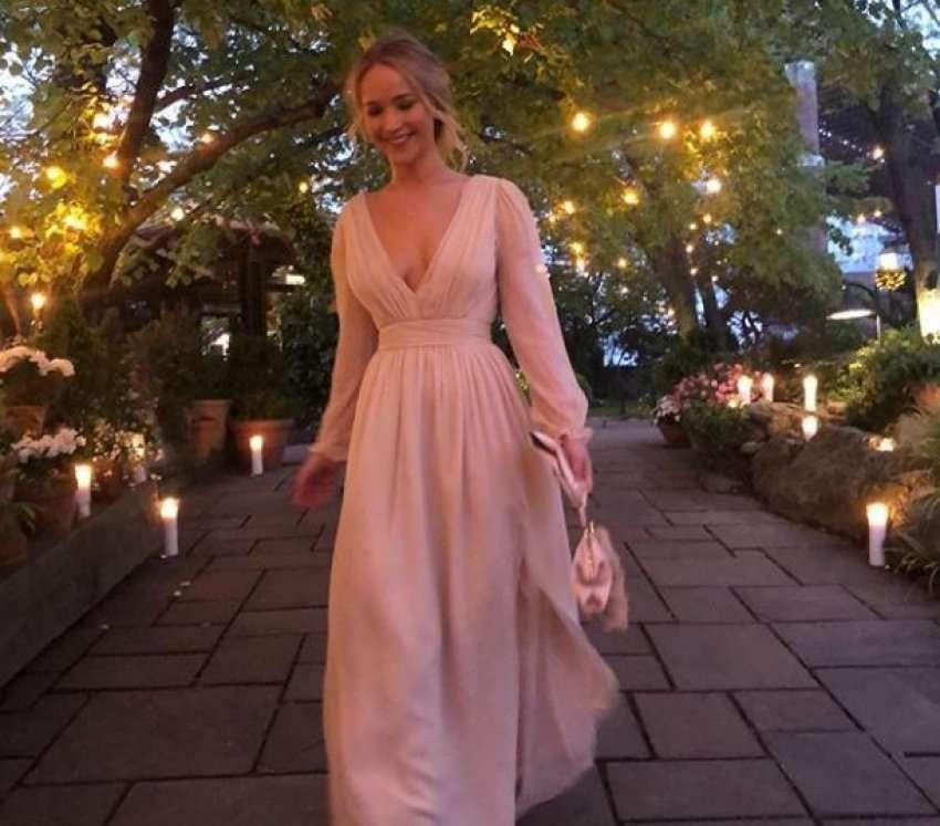 Image result for Jennifer Lawrence për fejesë vesh një fustan dasme ngjyrë rozë
