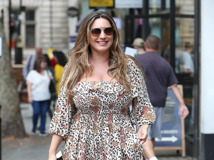 Kelly Brook mahnitëse me fustanin leopardi