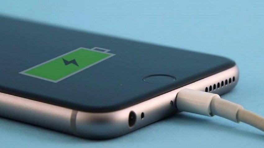 10 gjëra që nuk duhet t'i bëni gjatë kohës sa e mbushni baterinë e telefonit