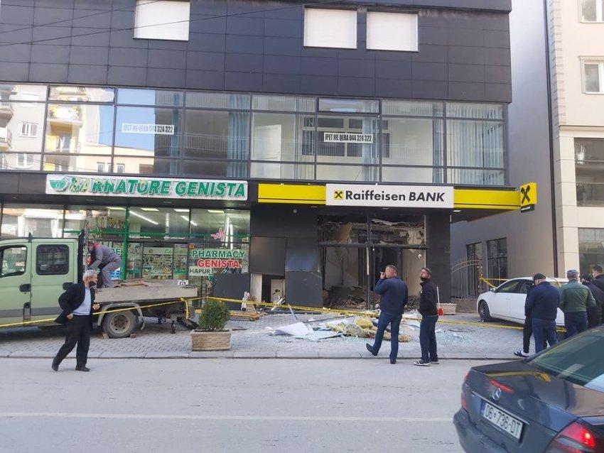 auto 122020963 3865297840181598 8928219045524353226 n1602937932 - Shpërthim në Bankën Raiffeisen në Ferizaj, Policia tregon se si ndodhi ngjarja