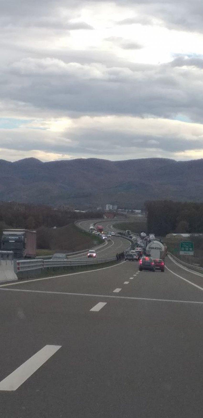 auto 123137469 3472393139492685 6024206696815776923 o1604149514 - Aksident në autostradën Ferizaj-Shkup, shkaktohet kolonë e veturave