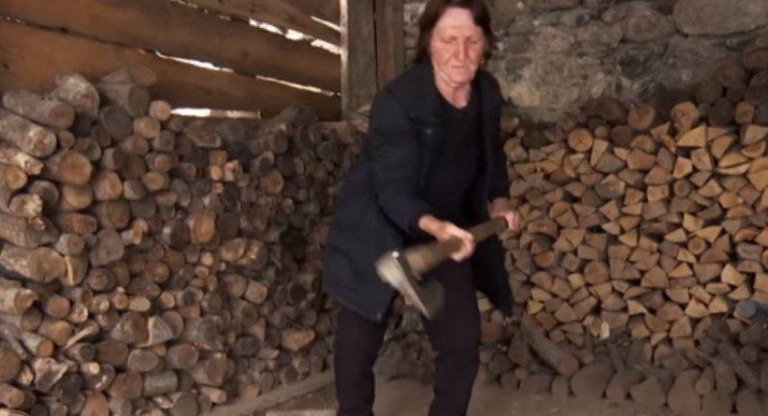 Njihuni me 80-vjeçarjen e cila shkon në bjeshkë, shkurton dru dhe bën çajëra shërues
