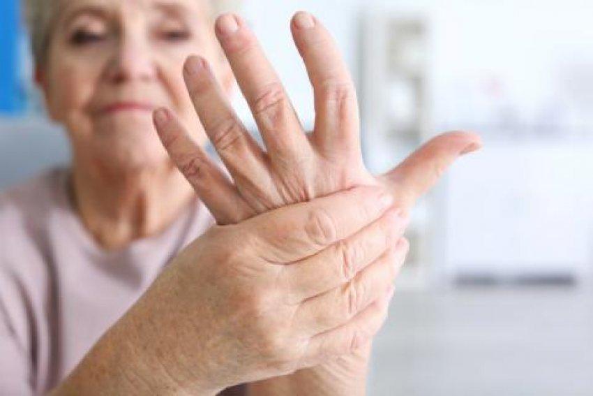 Arsyet e fryrjes së duarve dhe si t i trajtoni në shtëpi