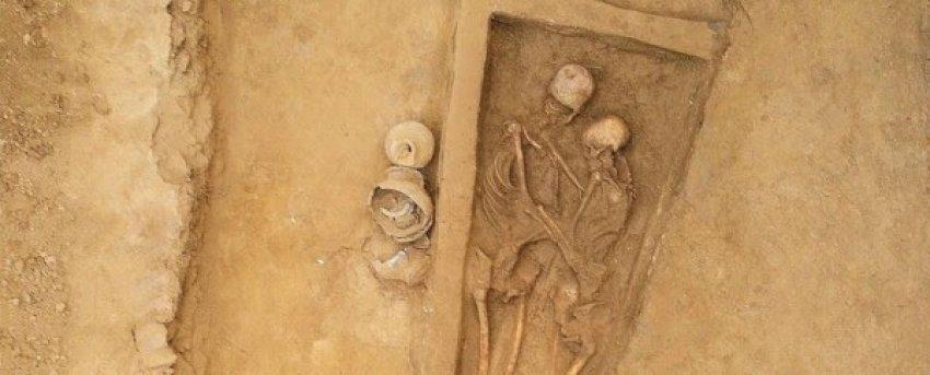 Përqafimi i përjetshëm: Eshtrat e dashnorëve 1.500-vjeçar u zbuluan në Kinë