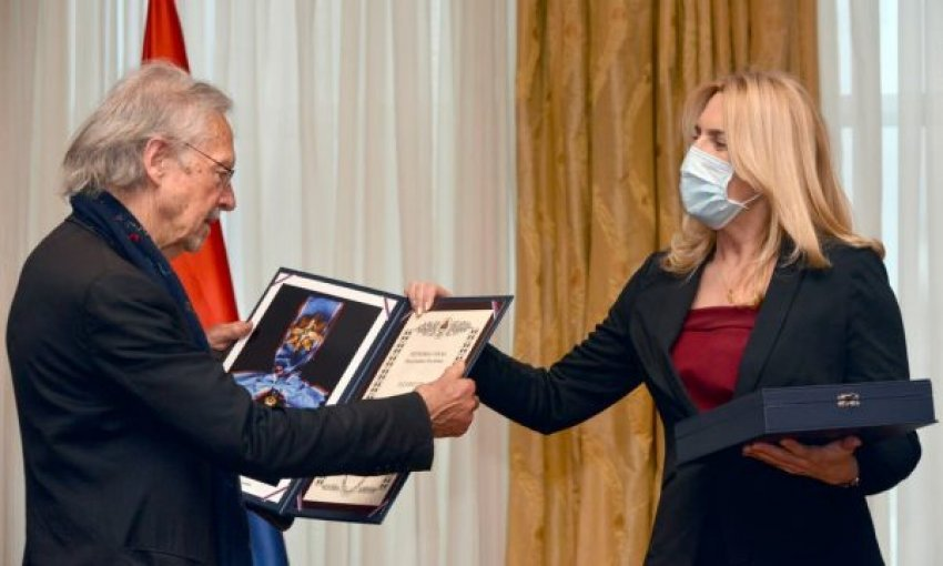 Serbët e Bosnjës nderojnë nobelistin austriak që kishte përkrahur Millosheviqin