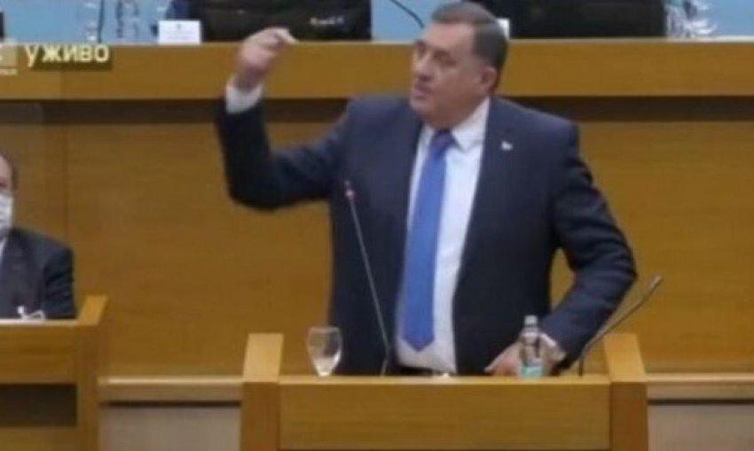 Dodik del jashtë kontrollit: Jam krenar që i kam mbrojtur Karaxhiqin dhe Mlladiqin
