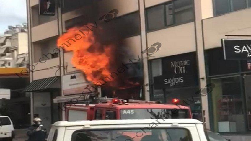 Athinë/ Servisi i makinave përfshihet nga flakët, 10 zjarrfikës në vendngjarje