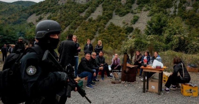 Policia serbe në kufirin e Jarinjes, konsumon prodhime të Kosovës