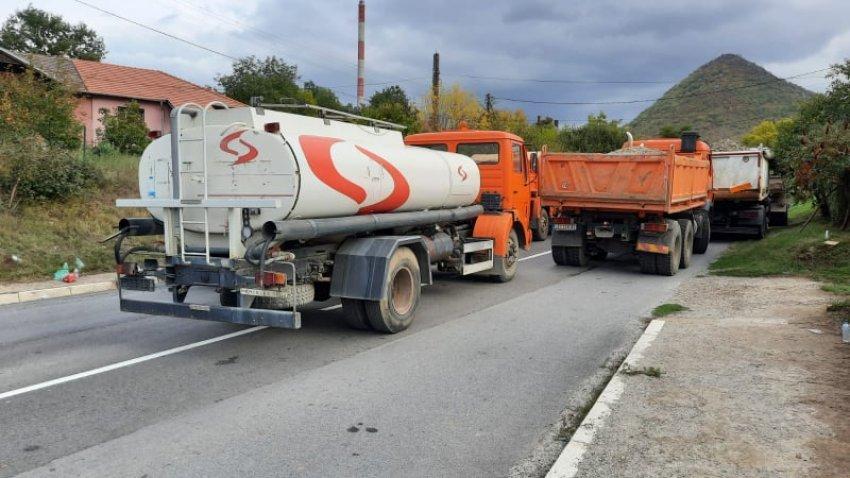 Serbët vendosin një barrikadë të re në Zveçan