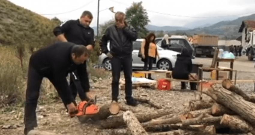 Serbët në veri prejnë dru për t'u ngrohur natën