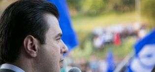 Incident në Ersekë, banori i gjuan me karrige kryetarit Lulzim Basha - Shqipëria - Bota Sot - medium_11212722_929704137080768_4367522043045115705_o1430948934